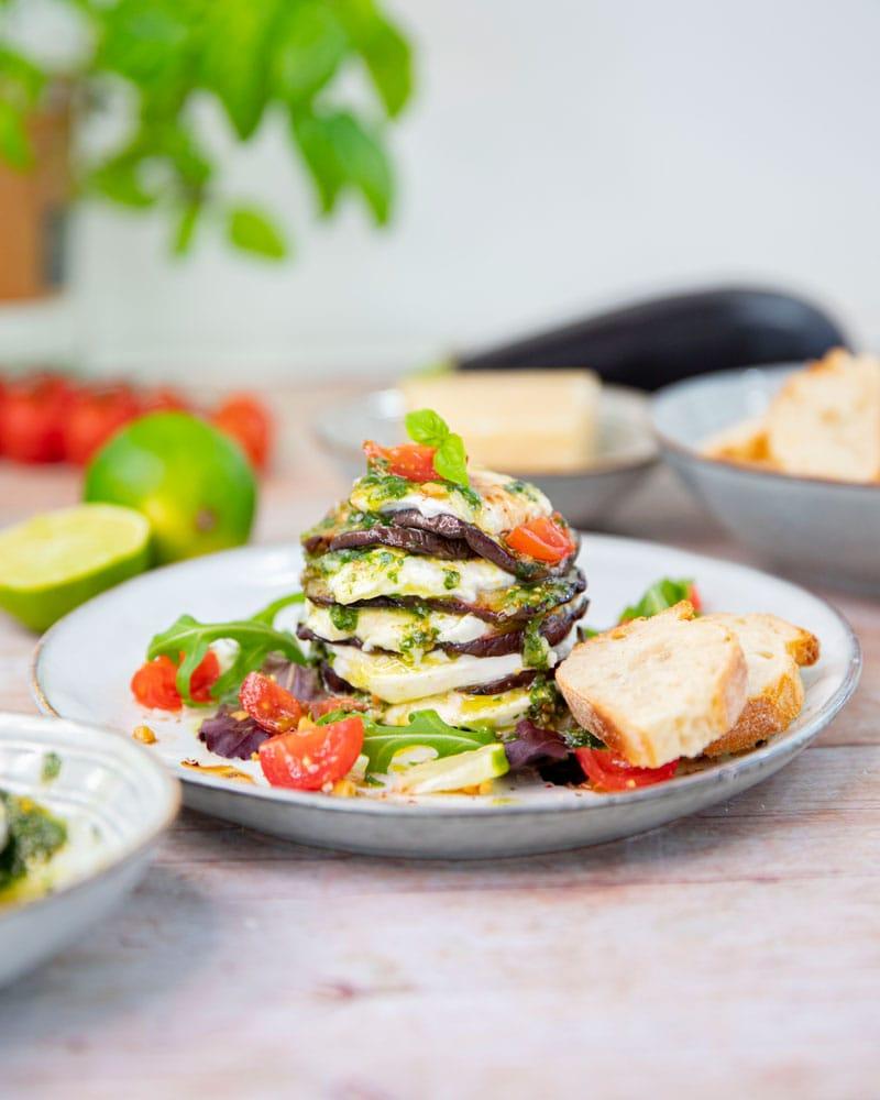 Assiette avec mille feuille aubergine