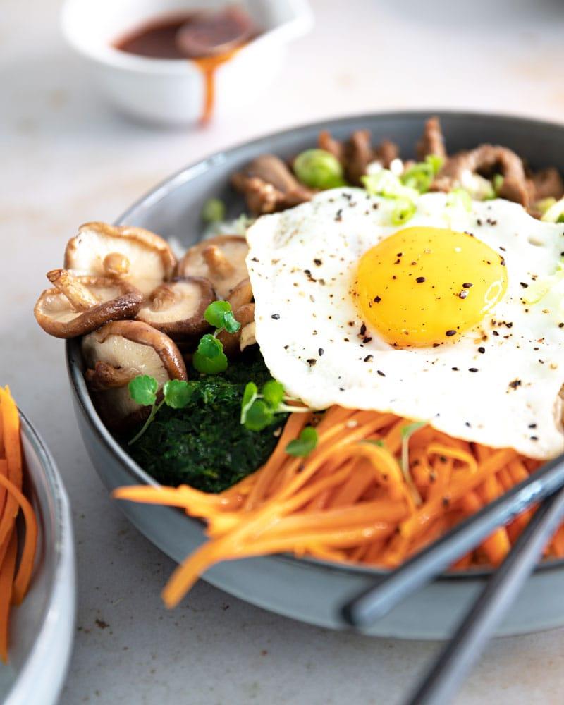 Assiette de bulgogi bibimbap et sauce gochujang