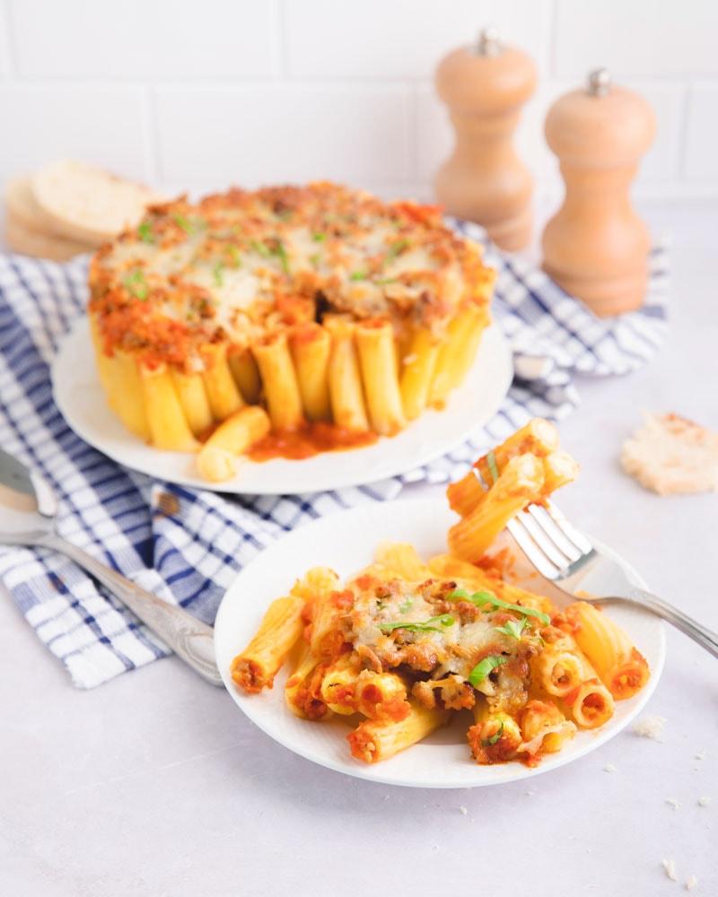 Assiette de gratin de pâtes nid-d'abeilles ou honeycomb pasta
