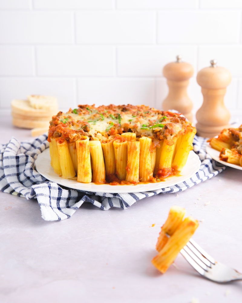 Plat de gratin de pâtes nid-d'abeilles ou honeycomb pasta