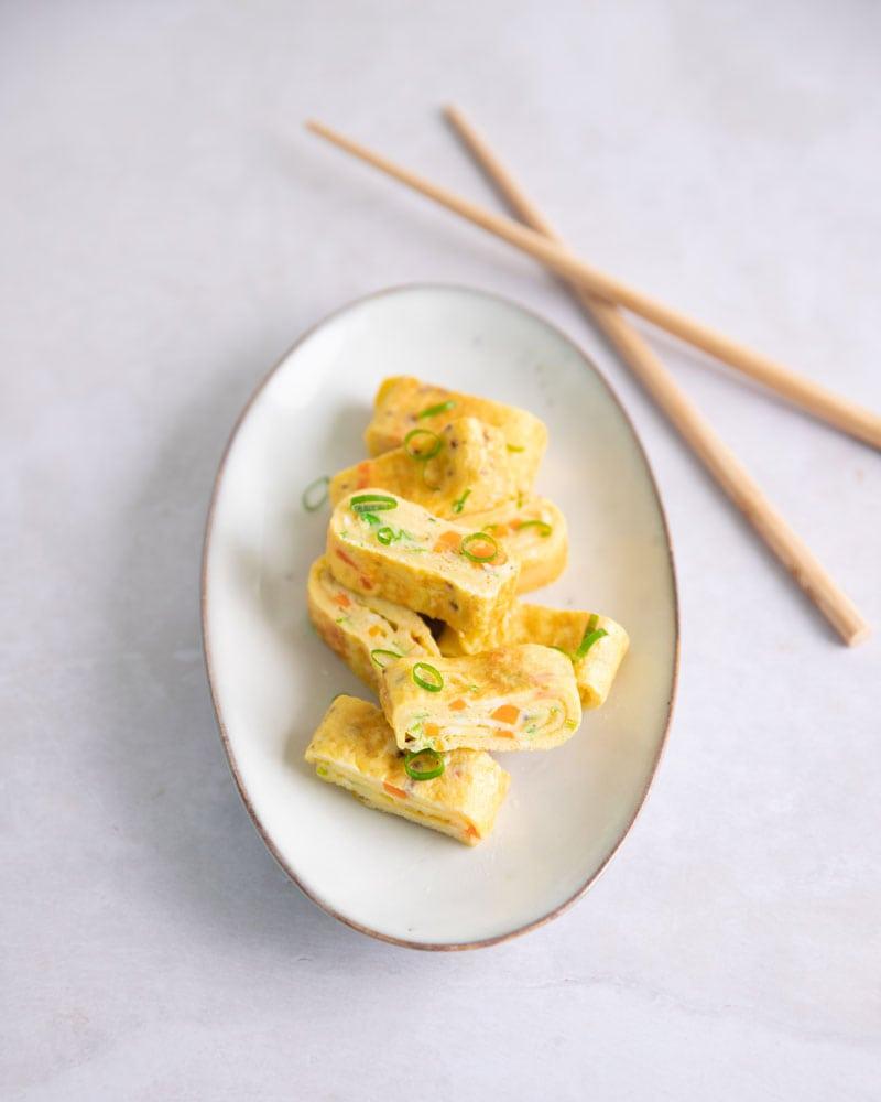 Assiette de gryeran mari, l'omelette roulée coréenne
