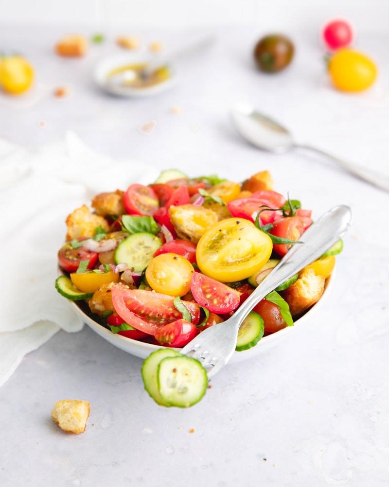Assiette de salade panzanella italienne