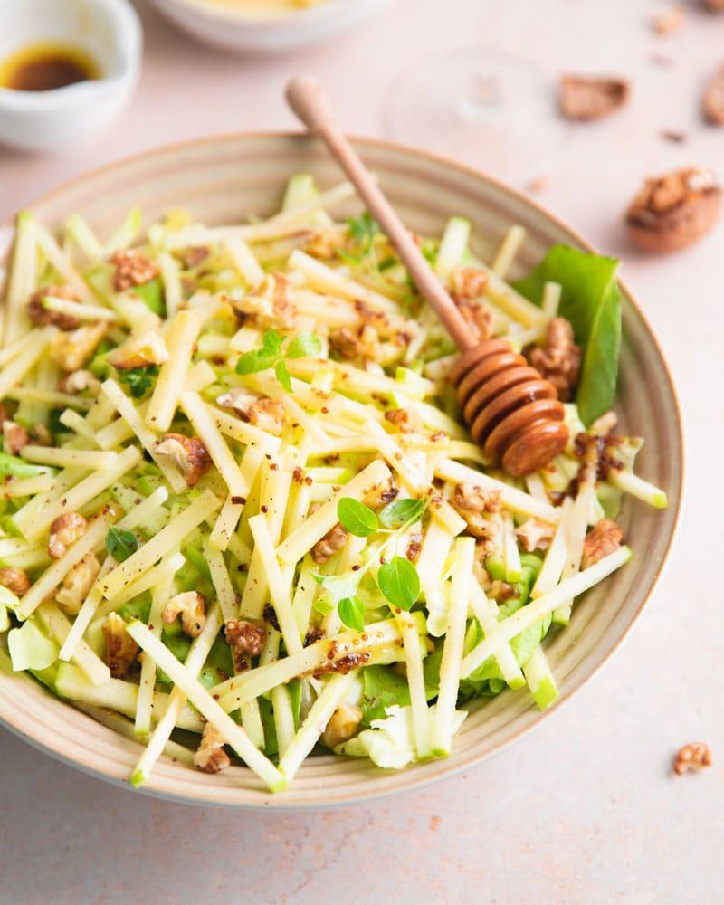 Assiette de salade comté pomme et noix