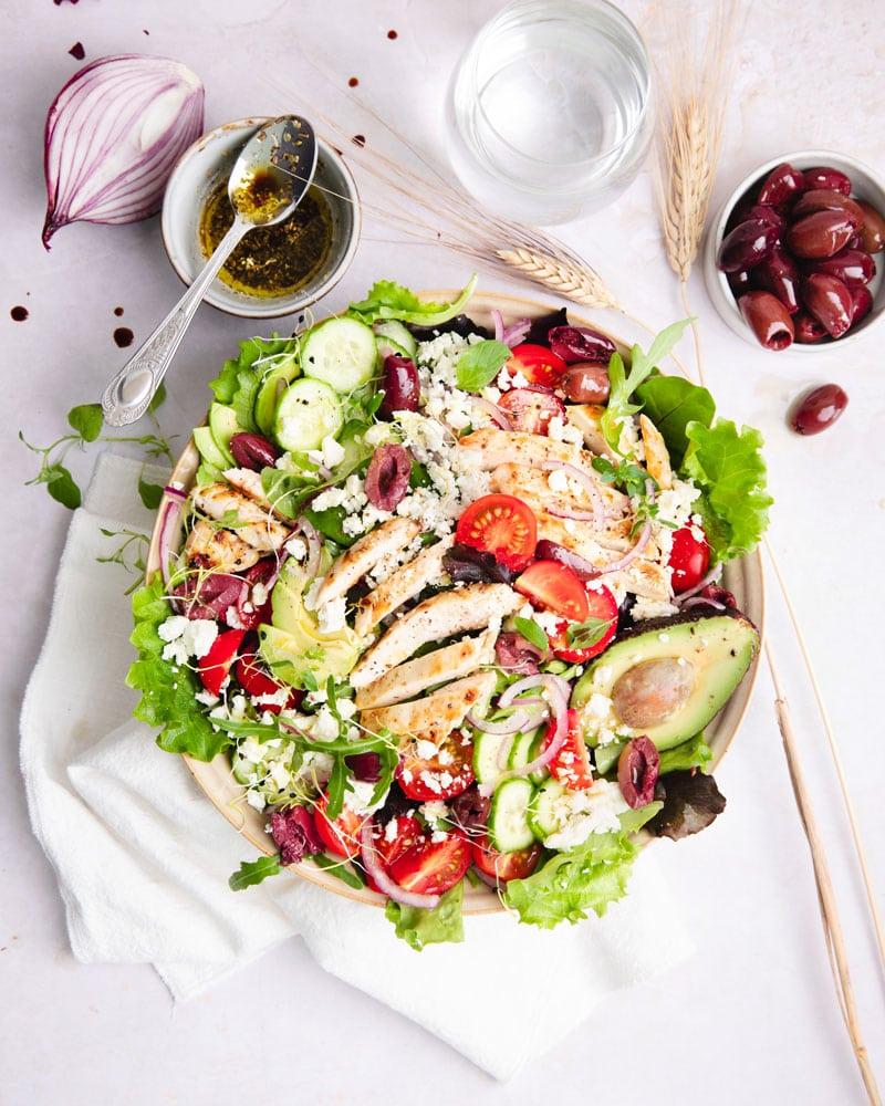 Assiette de salade grecque kéto au poulet grillé