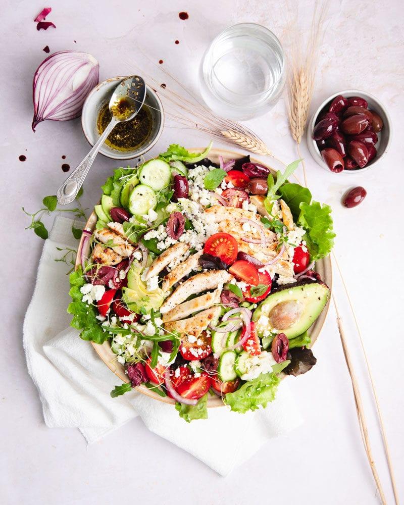 Découvrez une salade kéto au poulet grillé inspirée par la Grèce!