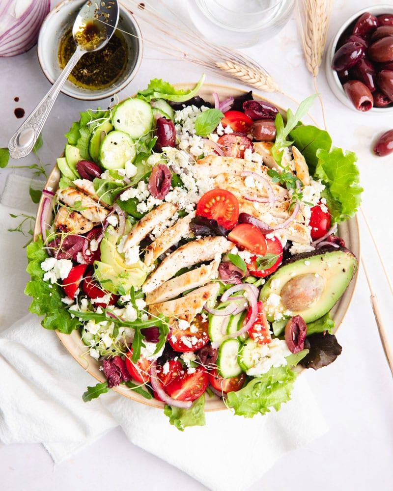 Assiette de salade grecque au poulet grillé